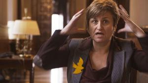 kansanedustaja Anna Simo hämmästelee miten Espanjan kansallismieliset loukkaavat häntä.