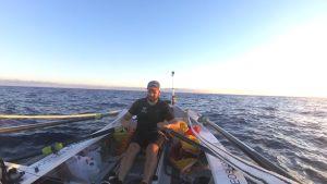 En man i en roddbåt.
