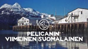 """Vanha valokuva kalastajakylästä, jonka päällä on teksti """"Pelicanin viimeinen suomalainen""""."""