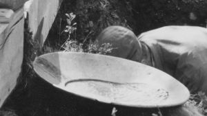 Vaskooli (yksityiskohta kullanhuuhtojia esittävästä valokuvasta)