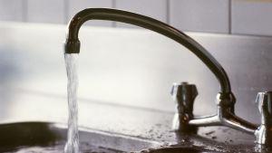 kökskran med rinnande vatten