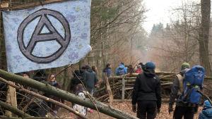 Skogsvägarna är spärrade med barrikader.