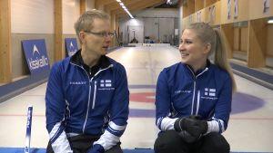 Curlarna Tomi Rantamäki och Oona Kauste sittande i curlinghall