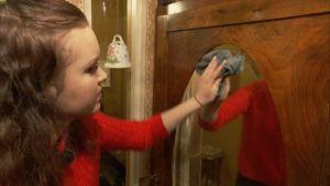 ung flicka putsar spegel