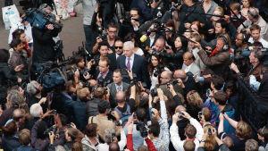 Julian Assange ihmisjoukon keskellä