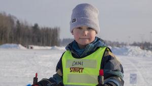 5-åriga Dani Halminen på skidor i Svedängen i Helsingfors