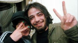 Syyrialainen radiojuontaja, Obaidah Zytoon, todistaa kamerallaan, kuinka protestit muuttuivat kansannousuksi ja lopulta sisällissotaan.
