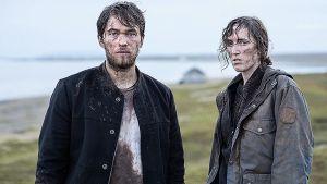 Seriens Monsters huvudkaraktärer Joel (Jakob Oftebro) och Hedda (Ingvild Holthe Bygdnes) med smutsiga ansikten och kläder.