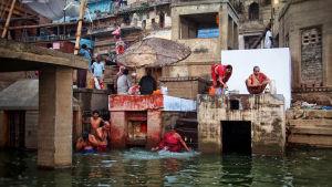 Ihmisiä veden äärellä Intiassa.