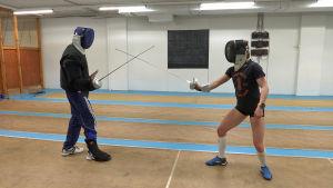 Eevi Bengs tränar fäktning med tränaren Andras Toth.