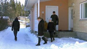 Perhe Hämäläinen-Sippola lähdössä kävelylle.