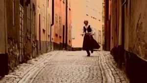 kents mamma dansar på gatan i folkdräkt