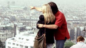 Två människor tittar på en stadsutsikt
