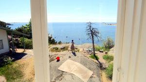 Mira Haahti tittar ut mot havet i Hangö.