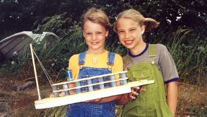 Linda (Michaela Rosenback) och Emma (My Sarén) i Lindas båtsemester, 2002