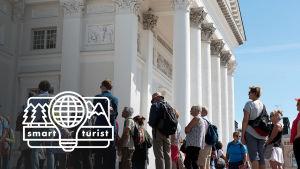 Turister framför domkyrkan i Helsingfors