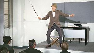 Jacques Tati lyhytelokuvassa Koomikkojen iltakoulu (1967).