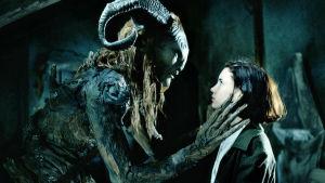 Fauni (Doug Jones) ja Ofelia (Ivana Baquero) elokuvassa Faunin labyrintti