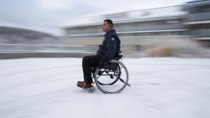 Utomhus är rullstolen ett måste för Hassan. Han hoppas på att snart få en eldriven rullstol.