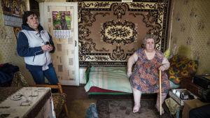 Nadejzda och Natalja Soldatova. Nadezjda har inte råd med mat och mediciner i det konfliktdrabbade Ukraina.