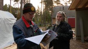 Miehet tutkivat hormin rakennusohjeita