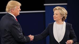 Hillary Clinton och Donald Trump efter den andra presidentvalsdebatten 9.10.2016.