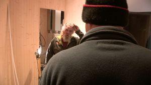 Miehet keskustelevat keskeneräisessä kylpyhuoneessa