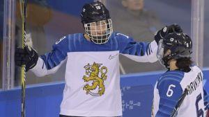 Petra Nieminen firar efter ett mål
