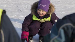 Barn i skidskola i Helsingfors övar sig på att falla rätt