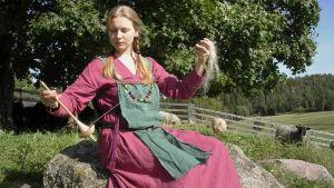 kuvassa ennallistetaan viikinkiaikaista pukua