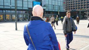 En helt hårlös person skiljer sig ur mängden och får ofta nyfikna blickar. Bild: Yle/Ingela West