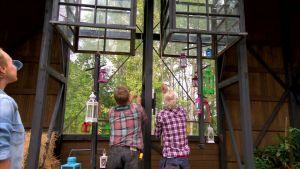 Jim och Johan hissar lyktor.