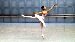 Balettdansaren Suvi Honkanen övar inför Helsingfors internationella balettävling, april 2016