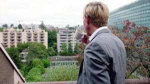 Anders Kompass tittar ut över stad.