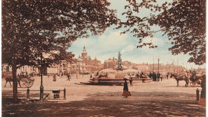Näkymä Esplanadin puistosta Kauppatorin suuntaan, etualalla vossikoita ja Havis Amanda.
