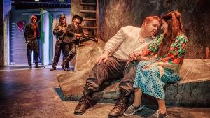 Kuvassa edessä Santtu Karvonen ja Laura Halonen, takana Ville Mäkinen, Aarni Kivinen ja Robin Svartström. Kuva Ryhmäteatterin näytelmästä Peer Gynt.