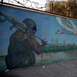 En väggmålning med en terrorist.