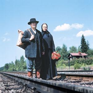 Leo Jokela ja Anja Pohjola Rautatie-tv-elokuvassa ja kiskoilla (1973).