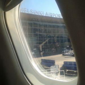 Helsingfors-Vanda flygplats sedd ut ett flygplansfönster