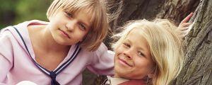 Kaksi lapsinäyttelijää nojaavat puuhun, kuunnelma Salainen puutarha.
