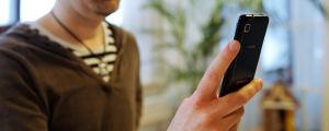Samsung-kännykkä miehen kädessä.