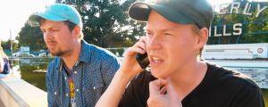 Pietari Vihula on puhelimessa Beverly Hillsissä. Henric Chezek istuu vieressä.