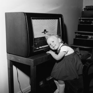 Treåriga Liisa Jussila har örat fast i radioapparaten 1957.