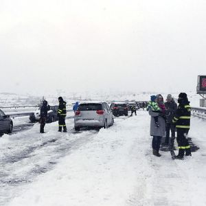 Snön stängde av trafiken på motorvägen AP-6 i Spanien