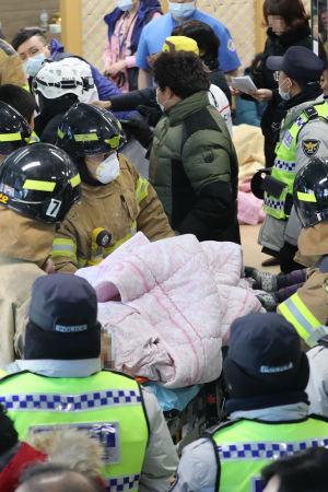 Brandmän evakuerade patienter som var inlindade i filtar och täcken