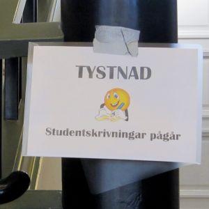 """Skylt med texten """"Tystnad, studentskrivningar pågår""""."""