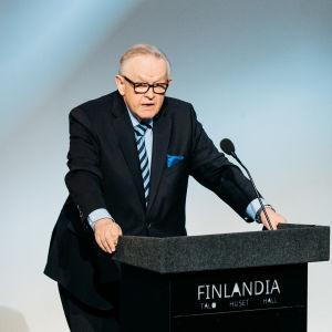 Martti Ahtisaari puhujapöntössä