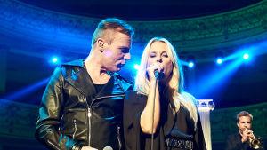 Krista Siegfrids tillsammans med Kimmo Blom på Alexandersteaterns scen.