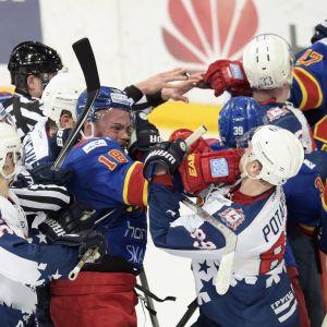Ishockeyspelare pucklar på varandra.