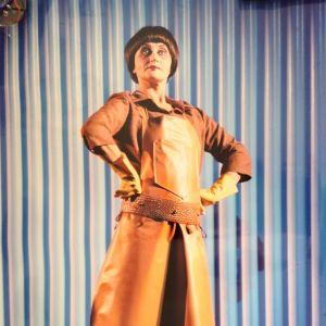Ami Aspelund musikaalissa Urinetown, Åbo Svenska Teater, 2006. Ohjaus: Markku Nenonen.